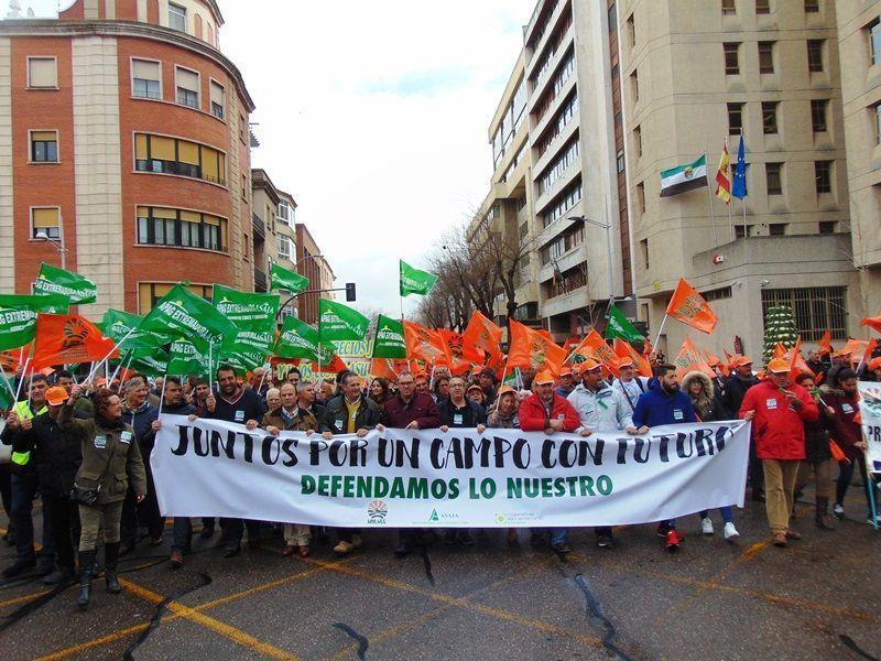 Más de 4.000 agricultores y ganaderos se manifiestan en Badajoz porque alegan que el campo se muere