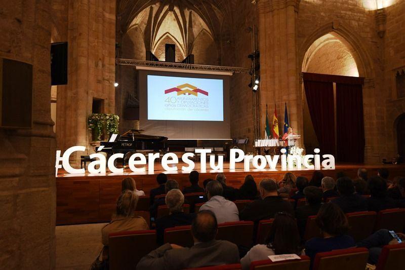 La Diputación de Cáceres rinde homenaje a los alcaldes y alcaldesas de la provincia, con motivo de los 40 años de municipalismo democrático