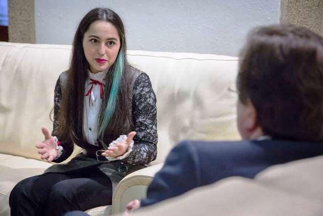 La premiada diseñadora cacereña Laura Manuela expone al presidente Fernández Vara su visión sobre la moda en Extremadura