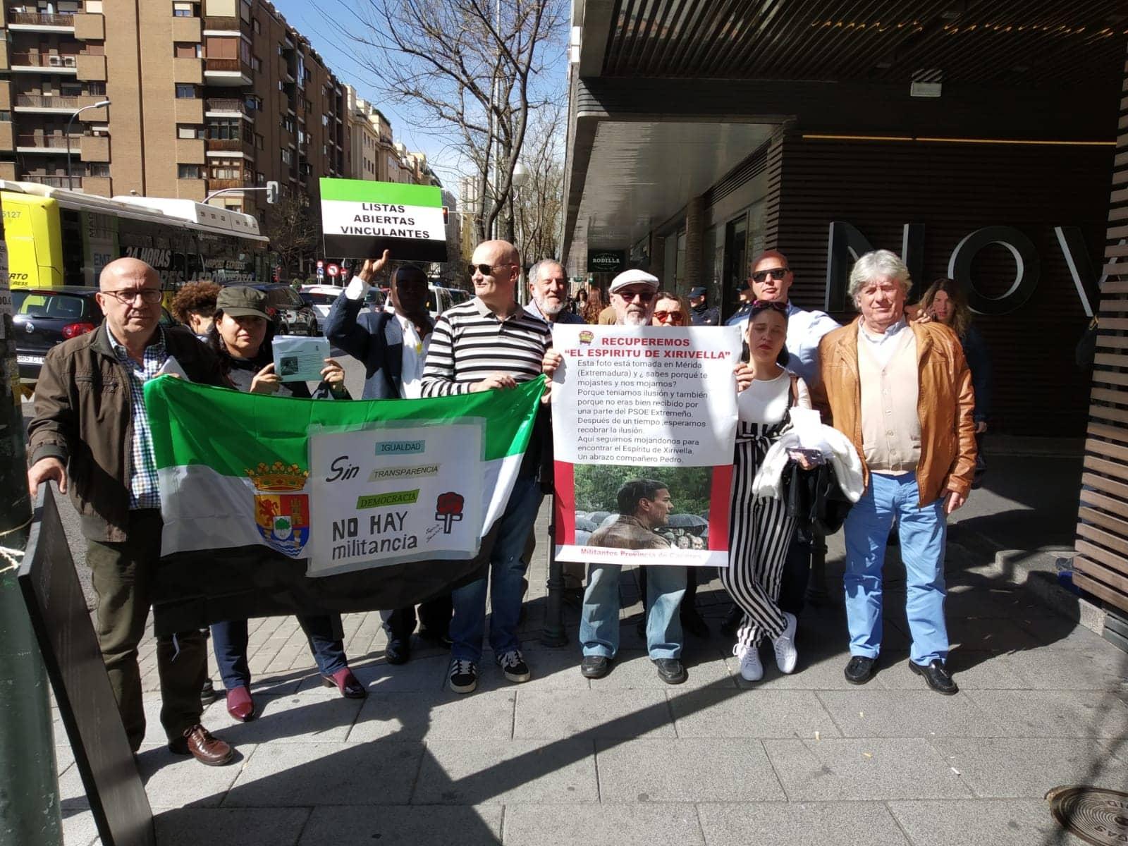 Más de 40 militantes socialistas de la provincia de Cáceres reivindican listas abiertas vinculantes ante el Comité Federal en Madrid