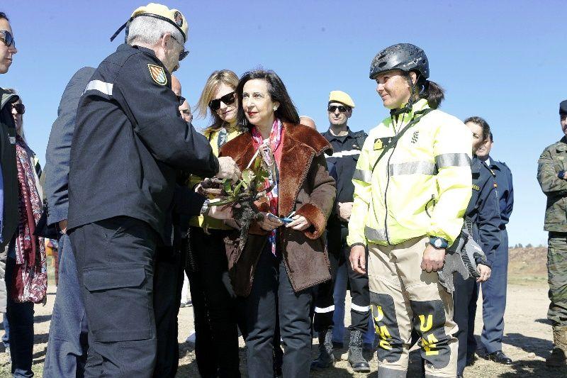 La ministra Robles agradece a la UME y la Brigada Extremadura el trabajo realizado en el plan de control del camalote