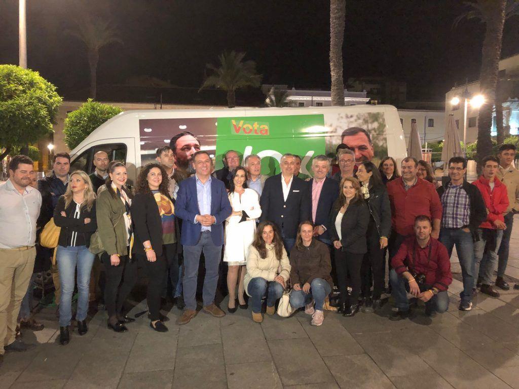 Juan Antonio Morales, Antonio Pozo (Badajoz), Francisco Piñero y Magdalena Nevado (Cáceres) con afiliados y simpatizantes de VOX anoche en Mérida.