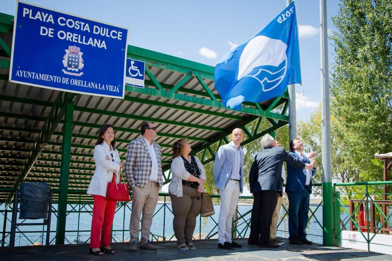 El izado de la bandera azul en Orellana la vi9eja, símbolo de sostenibilidad y del cuidado del planeta, el agua y las playas