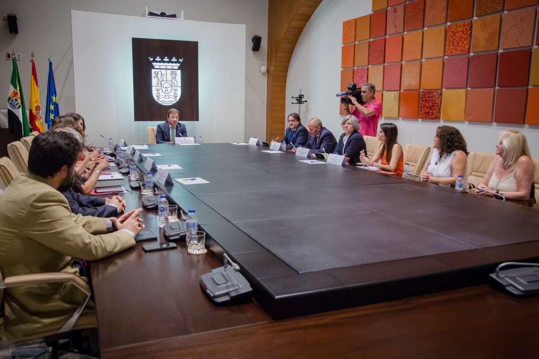 El nuevo Consejo de Gobierno de la Junta de Extremadura se reúne con los agentes sociales