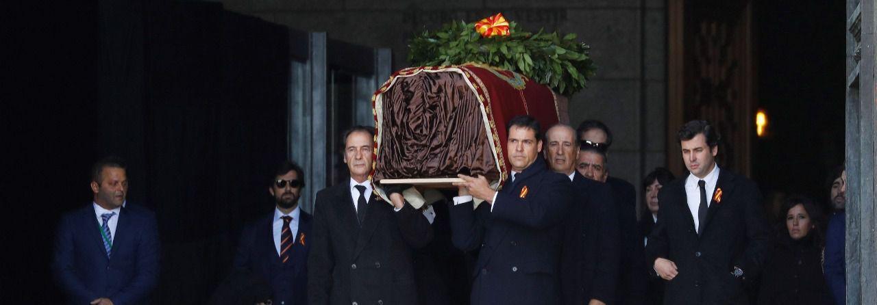 En un día histórico, la familia saca a hombros el ataúd a los gritos de ¡ Viva España! ¡Viva Franco!