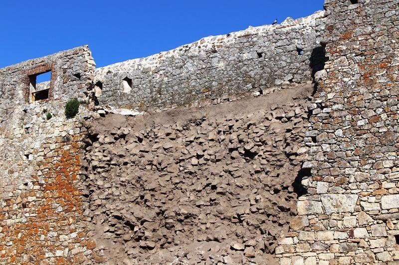 Ciudadanos exige que se aborde con urgencia un plan de actuación en la muralla de Trujillo