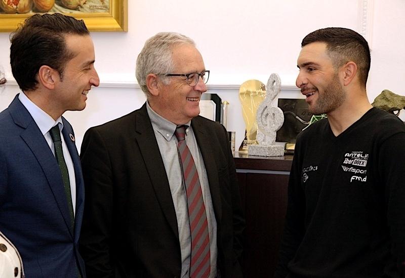 El campeón de ciclismo adaptado en ruta y en pista, Rubén Tanco visita la Diputación de Badajoz, su patrocinadora