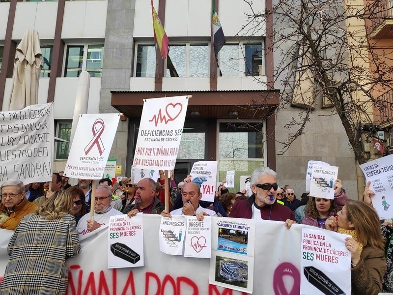Unas 500 personas reclaman una sanidad digna para Cáceres