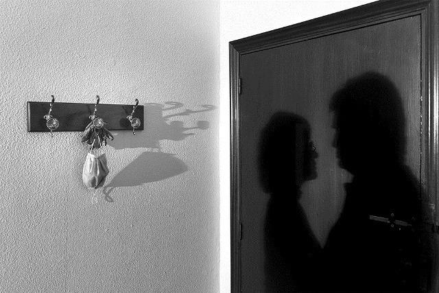 Amor en sombras, de Jonás Giraldo gana el certamen de fotografía Los confines de tu casa