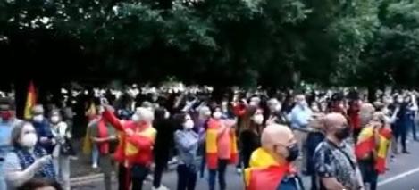 Cacerolada en Cáceres: Unas cien personas recorren el centro de la ciudad con cacerolas y banderas de España