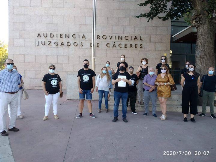 Los familiares de los afectados en la Residencia Asistida de Cáceres presentan querella criminal contra la directora