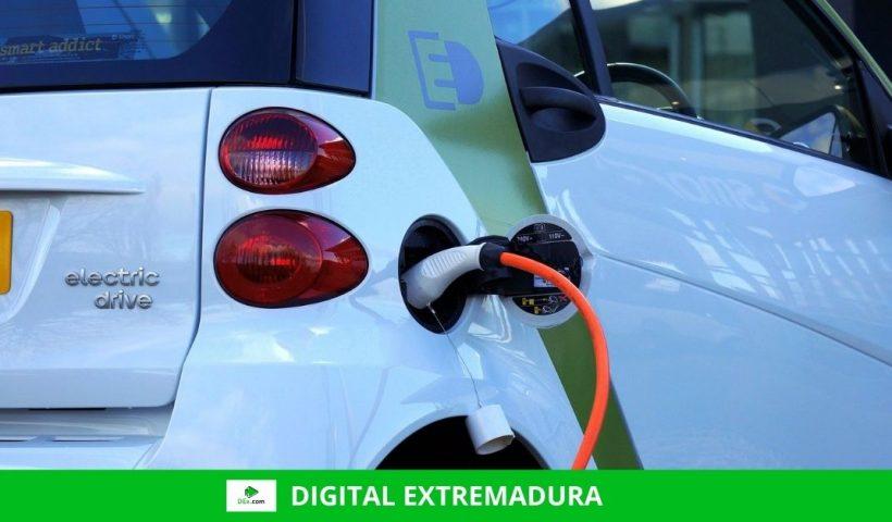 Demostración de recarga de un vehículo electrónico en el Complejo Cultural San Francisco de Cáceres