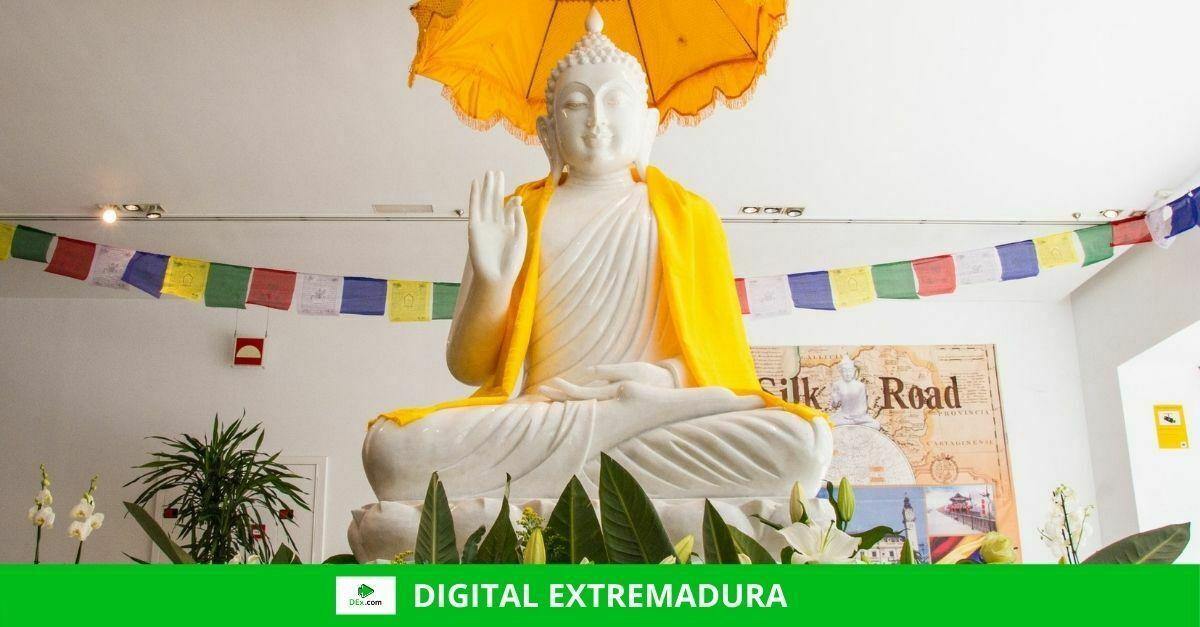 Una réplica en jade de Buda se expone en el Palacio de Congresos de Cáceres