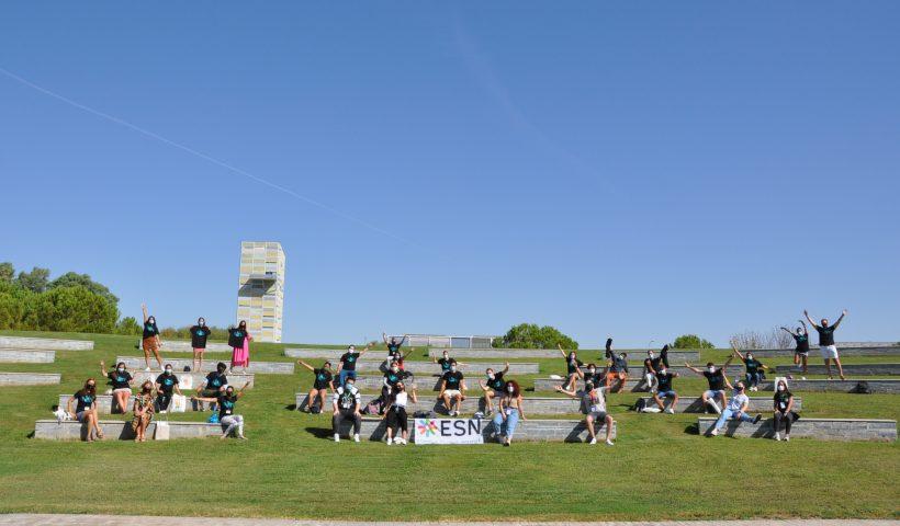 """Estudiantes manteniendo la distancia de seguridad en la celebración del """"Welcome Days"""", en Badajoz."""